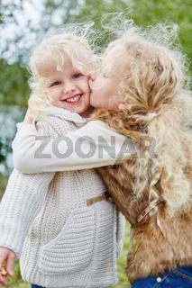 Schwestern geben sich einen Kuss