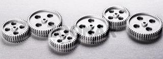 Silberne Zahnräder in einer Reihe