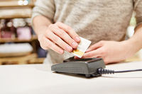 Kunde bezahlt Einkauf bargeldlos mit Kreditkarte