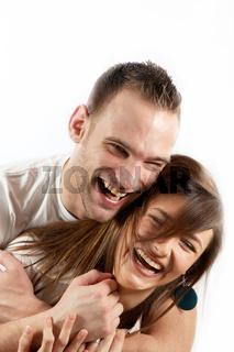 Glückliches, junges  Paar lacht gemeinsam