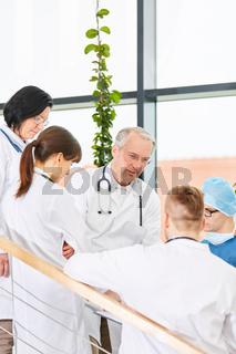 Ärzteteam in der Chirurgie plant eine Operation