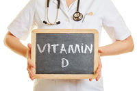 Hand hält Tafel mit Vitamin D
