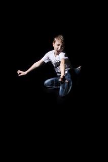 Junge springt und schreit wd685
