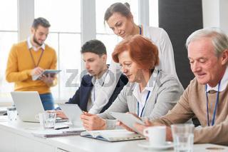 Geschäftsleute in einer Computer Schulung