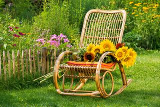 Schaukelstuhl mit Sonnenblumen