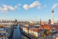 Berlin Skyline mit Fernsehturm Nikolaikirche und Rotes Rathaus