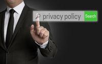 privacy policy Internet Browser wird von Geschäftsmann bedient