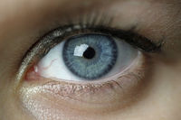 Blaues Auge einer jungen Frau