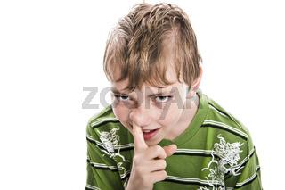 Junge bohrt in der Nase wd718