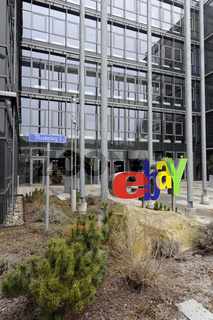 ebay Logo am Haupteingang der Deutschlandzentrale in Kleinmachnow bei Berlin