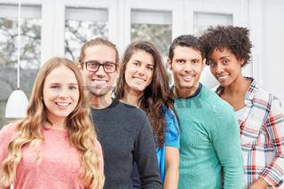 Lächelnde Studenten bilden ein junges Team