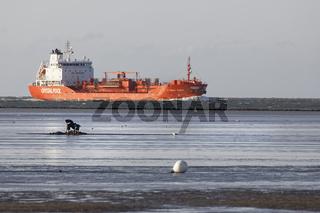 Frachtschiff im Wattenmeer, Cuxhaven, Niedersachsen, Deutschland, Europa