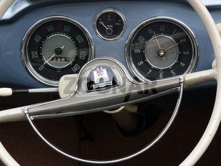 Tacho und Uhr in einem Karman Ghia