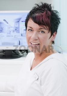Freundliche Schwester einer Zahnarztpraxis