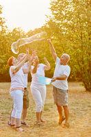 Senioren haben Spaß mit Seifenblasen