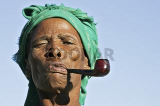 Alte namibianische Frau raucht eine Pfeife, Namibia, Afrika, old namibian woman is smoiking a pipe, Africa