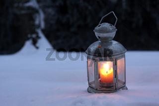 Brennende Laterne im Schnee