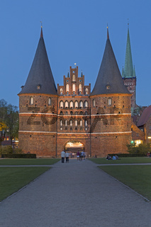 Holstentor (Holstein-Tor) in der Abenddämmerung, Stadttor der Hansestadt Lübeck, Schleswig-Holstein, Deutschland