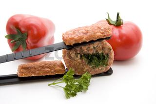 Grillzange mit Hackfleisch