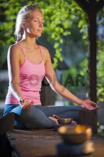 Yoga woman Schneidersitz_geschlossene Augen