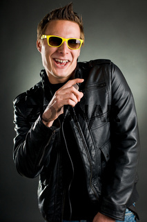 sänger mit sonnenbrille und lederjacke