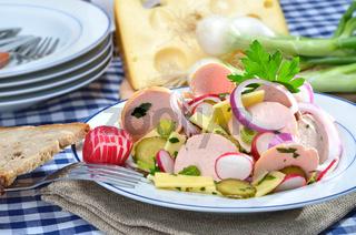Herzhafter Wurstsalat mit Käse