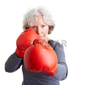 Seniorin mit Boxhandschuhen