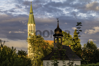 Pleysteiner Kirche mit Kapelle im Abendlicht
