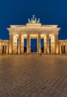 Das berühmte Brandenburger Tor angestrahlt bei Nacht