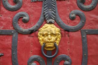 Türen und Beschläge, Ein antiker Türklopfer in Löwenform – ein echter Türöffner.