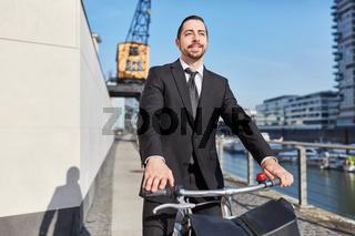Entrepreneur mit dem Fahrrad unterwegs