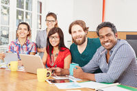 Multikulturelles Team am Laptop