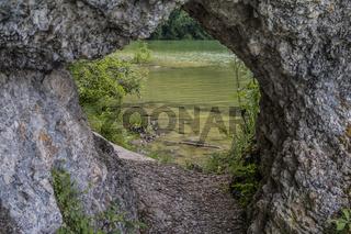Felsentor am südlichen Ufer des Weissensees bei Füssen im Landkreis Ostallgäu.