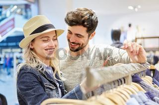 Junges Paar hat Spaß beim Shopping