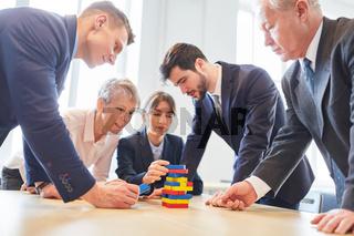 Geschäftsleute machen Übung mit Bausteinen