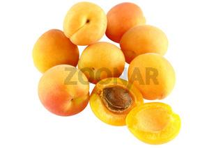 Acht Aprikosen - eine aufgeschnitten