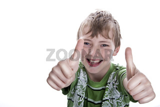 junge macht die Daumen hoch wd 720