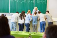 Studenten im Workshop lernen im Team