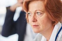 Ältere Business Frau blickt nachdenklich