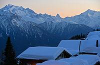 Winterabend in einem Bergdorf in den Walliser Alpen