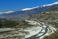 Das ausgetrocknete Flusstal der Rhone vor der Schneeschmelze