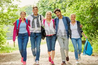 Gruppe macht eine Wanderung