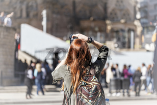 Kulturgut - Foto -  das Selfie - eine Frau fotografiert eine Sehenswürdigkeit.