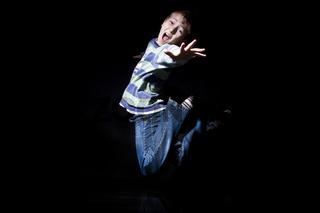 Junge springt und schreit wd679