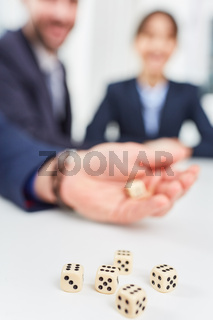 Würfel auf einem Tisch im Workshop