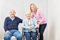 Senioren Paar und Tochter bei der Heimpflege