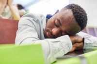 Afrikanischer Student ist müde