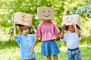 Kinder mit Fantasie spielen mit Pappkartons