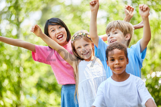 Multikulturelle Kindergarten Gruppe freut sich