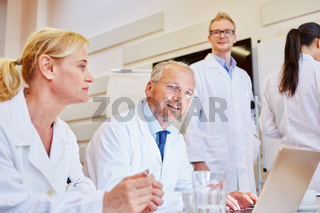 Älterer Arzt und Kollegen